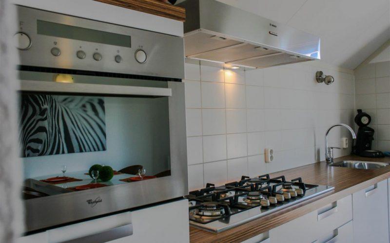 roggebroek-huisje14-keuken-2-spiegeling-eettafel-Custom-1024x682